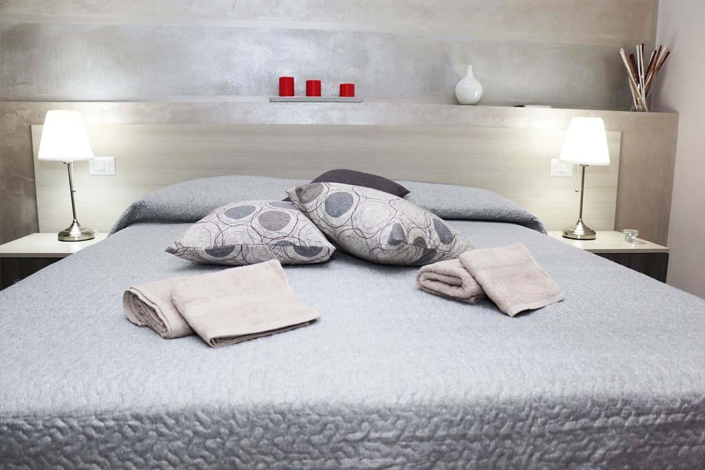 """Charme e relax la rendono  una """"Suite da Sogno"""", ideata per la coppia. La sua atmosfera romantica dal  design moderno e  le sue delicate essenze profumante con  giochi di luci soffuse  vi coccoleranno durante tutta la notte."""